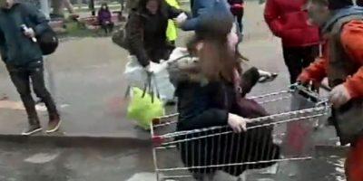 Sacos y carro de supermercado: así usuarios en Plaza Italia sortearon rotura de matriz