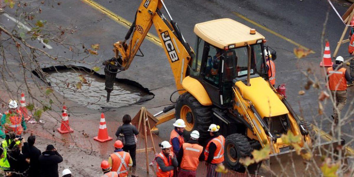 Rotura de matriz de agua provoca socavón en plena Avenida Providencia