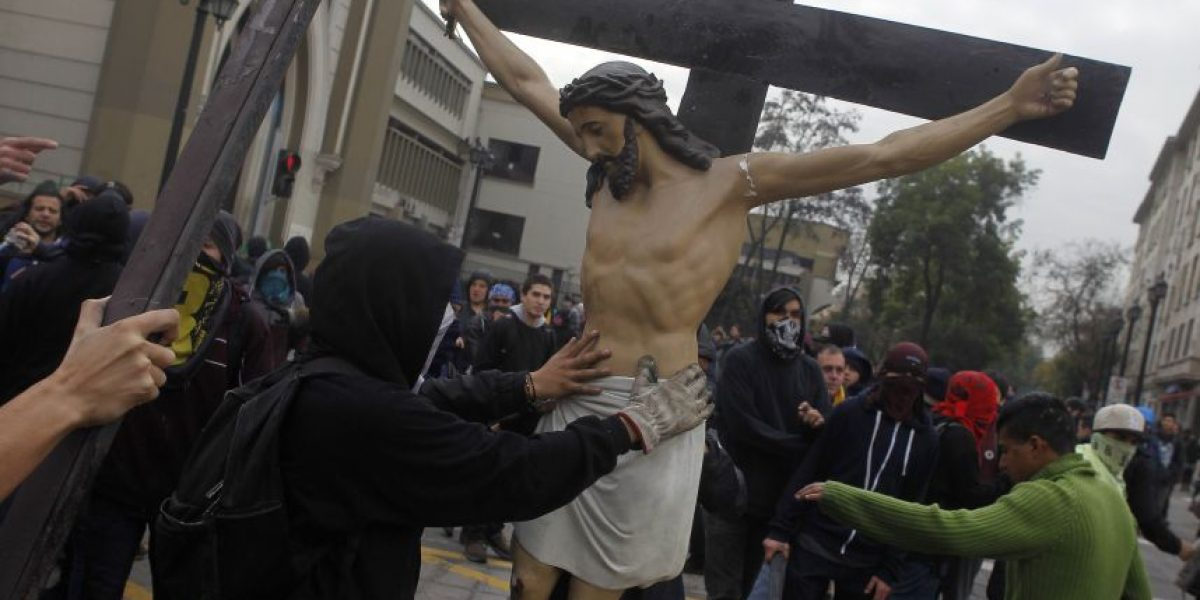 Encapuchados ingresan a Iglesia Gratitud Nacional y sacan Cristo a la calle