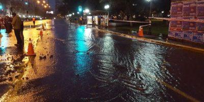 Rotura de matriz genera emergencia tras salida de agua en comunas de Santiago y Providencia
