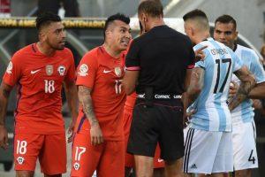 Chile cayó en la primera fecha ante Argentina por 2 a 1 y ahora están obligados a vencer Foto:Getty Images. Imagen Por: