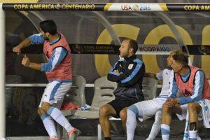 Al no poder ingresar para intentar salvar a su selección, el delantero no escondió su enojo Foto:AFP. Imagen Por: