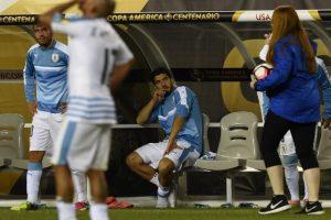 Además de pegarle a la banca, Suárez lanzó el peto de la Copa América Centenario Foto:AFP. Imagen Por: