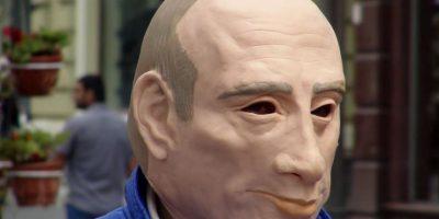 El hombre de la máscara de Putin desafía al Kremlin