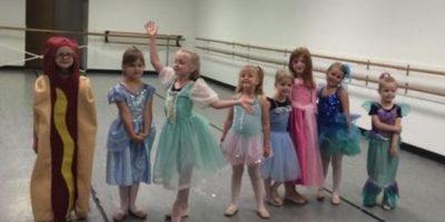 Niña deslumbra en concurso de princesas con un peculiar disfraz