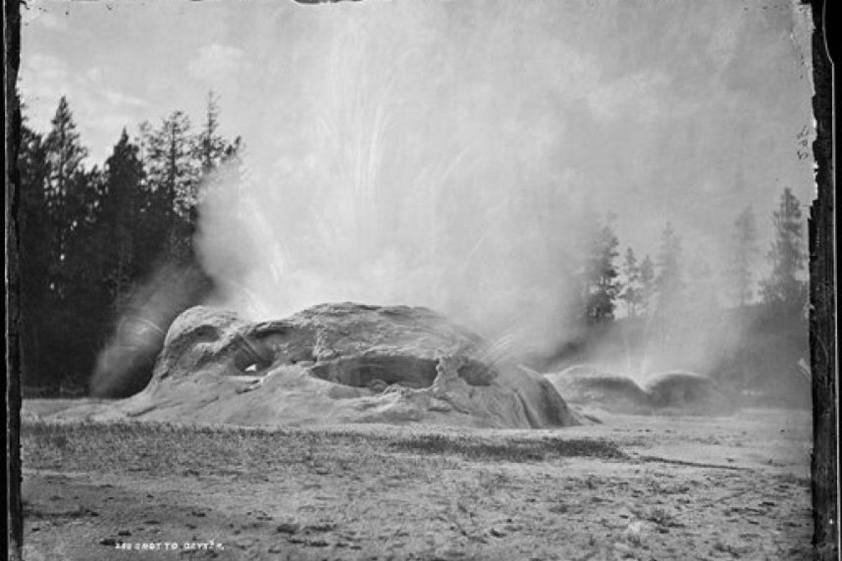 """El géiser conocido como """"Grotto"""", único fotografiado en 1871 Foto:AP. Imagen Por:"""