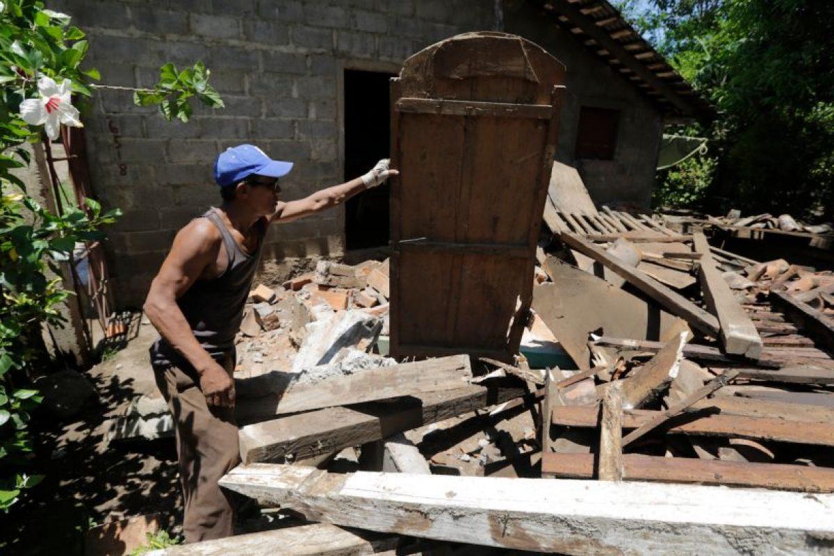 Habitantes de Tonala trabajan para rescatar elementos desde sus viviendas destruidas luego del terremoto ocurrido el jueves en la noche. Foto:AFP. Imagen Por: