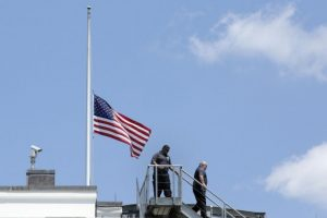 El presidente Barack Obama ordenó que las banderas deben estar a media asta Foto:AFP. Imagen Por: