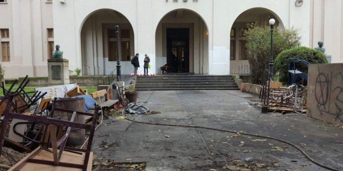 Carabineros desaloja a estudiantes del Inba tras destructiva toma de tres semanas