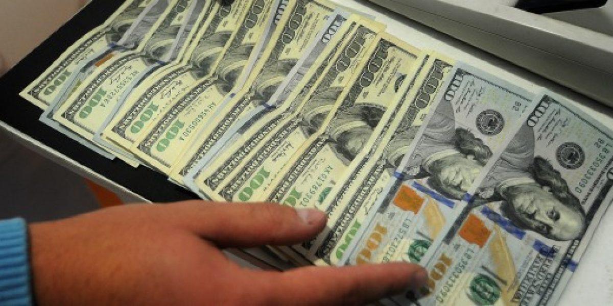 Dólar abre la semana al alza