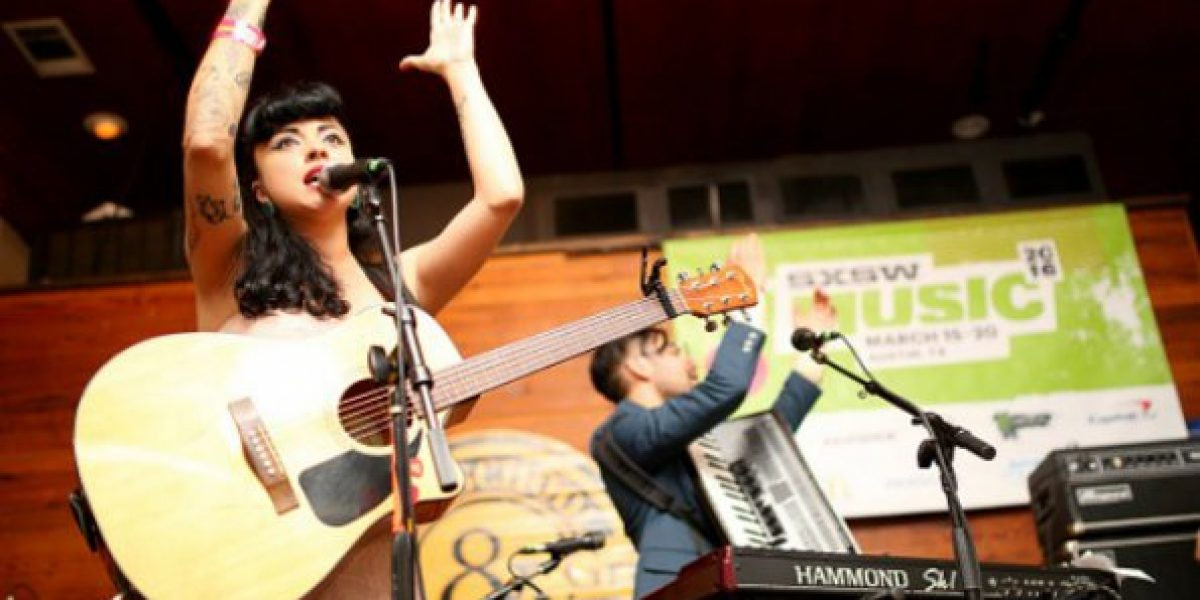 Chilena Mon Laferte brilló en los premios MTV MIAW