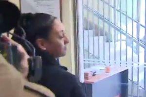 Familiares se enfrentaron con la prensa que llegó al tribunal. Foto:Reproducción / TVN. Imagen Por: