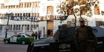 Carabineros desaloja dos liceos emblemáticos en toma en Santiago