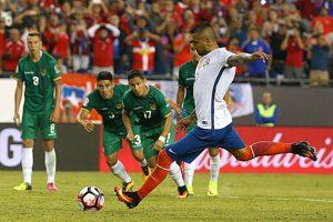 Arturo Vidal convirtió desde los doce pasos y le dio la victoria a Chile, que los tiene dependiendo de sí mismos para avanzar Foto:Getty Images. Imagen Por:
