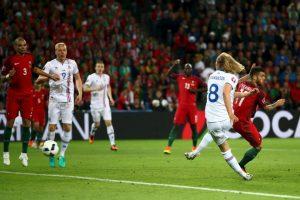 Bikir Bjarnason marcó el tanto que le dio el empate a Islandia ante Portugal Foto:Getty Images. Imagen Por: