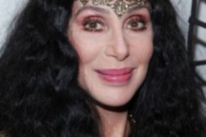 """Cher puso de moda la apariencia """"hippie"""": pantalones bota campana y cabello larguísimo. Foto:Getty Images. Imagen Por:"""