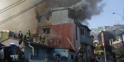 Incendio consume viviendas en el cerro Monjas de Valparaíso