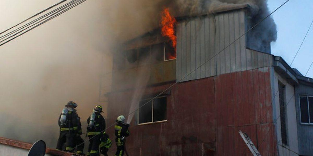 Valparaíso: violento incendio afecta a viviendas en el cerro Monjas