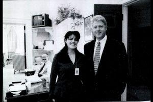 """Para algunos de los asistentes, las palabras del mandatario hicieron eco del """"escándalo Lewinsky"""", cuando la becaria Monica Lewinsky se le juzgó muy mal por mantener una relación extramarital con el entonces presidente Bill Clinton, pero el mandatario salió bien librado. Foto:Getty Images. Imagen Por:"""