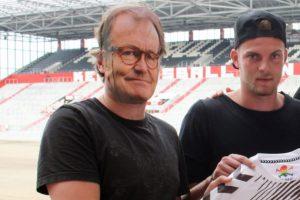 El DT Ewald Lienen no estaba en Alemania y decidieron 'reemplazarlo' con una máscara Foto:Twitter St Pauli. Imagen Por: