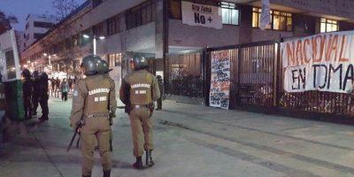 Carabineros desaloja tres liceos de Santiago: Inba se querellará contra la institución