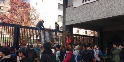 Alumnos del Instituto Nacional se vuelven a tomar el recinto tras ocho horas del desalojo