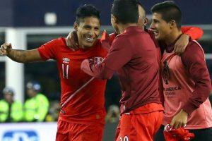 Perú venció en el Grupo B y clasificó a la siguiente ronda tras ganar de forma polémica a Brasil. El gol con la mano de Raúl Ruidíaz le permitió a los incaicos vencer por 1 a 0 y asegurar su cupo en la siguiente fase Foto:Getty Images. Imagen Por: