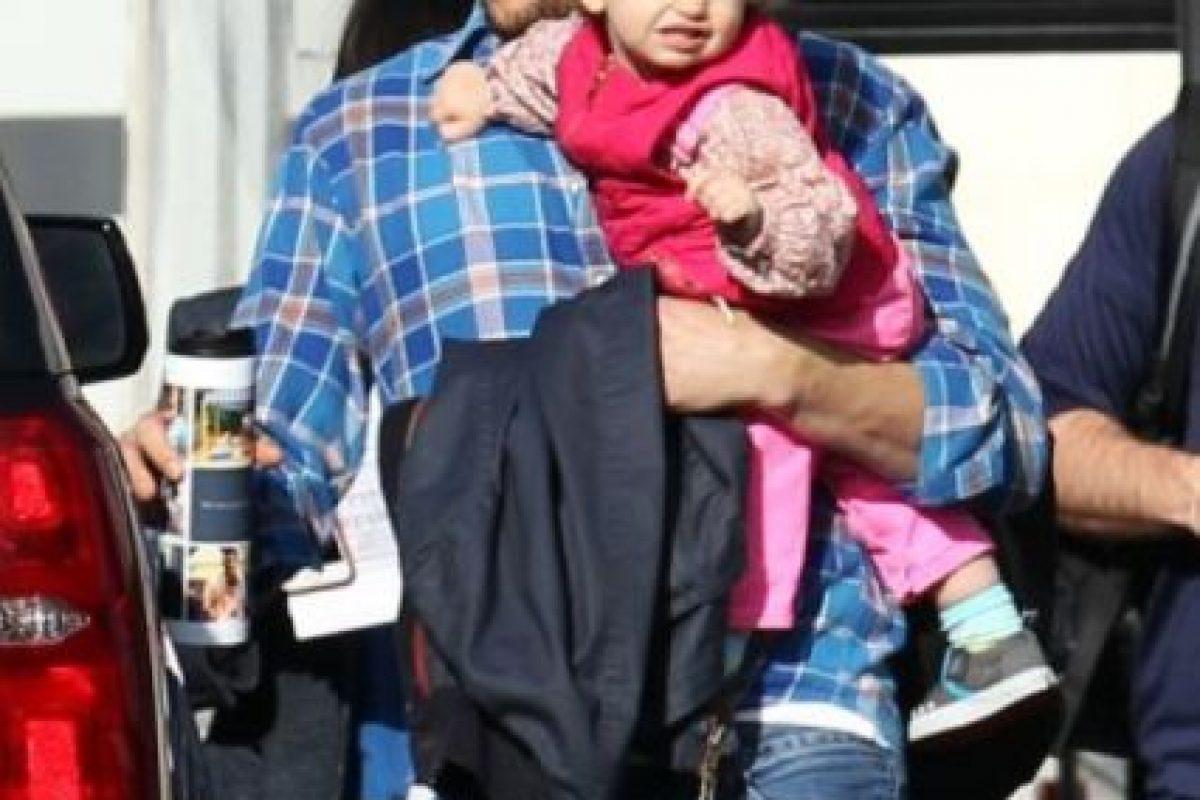 El actor de 37 años, Ashton Kutcher, fue captado sosteniendo a su pequeña hija Wyatt Isabelle en sus brazos Foto:Grosby Group. Imagen Por:
