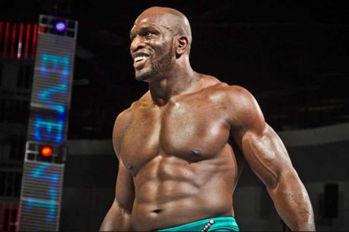 Ante Titus O'Neil Foto:WWE. Imagen Por: