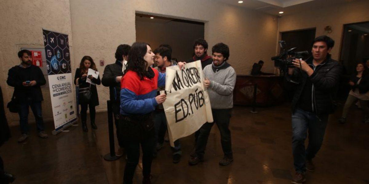 Grupo de estudiantes de la UDP irrumpió en cena del Comercio en CasaPiedra