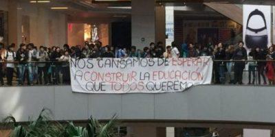 Estudiantes se manifiestan al interior de Costanera Center