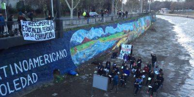 Estudiantes protestan por la educación haciendo clases en la ribera del río Mapocho