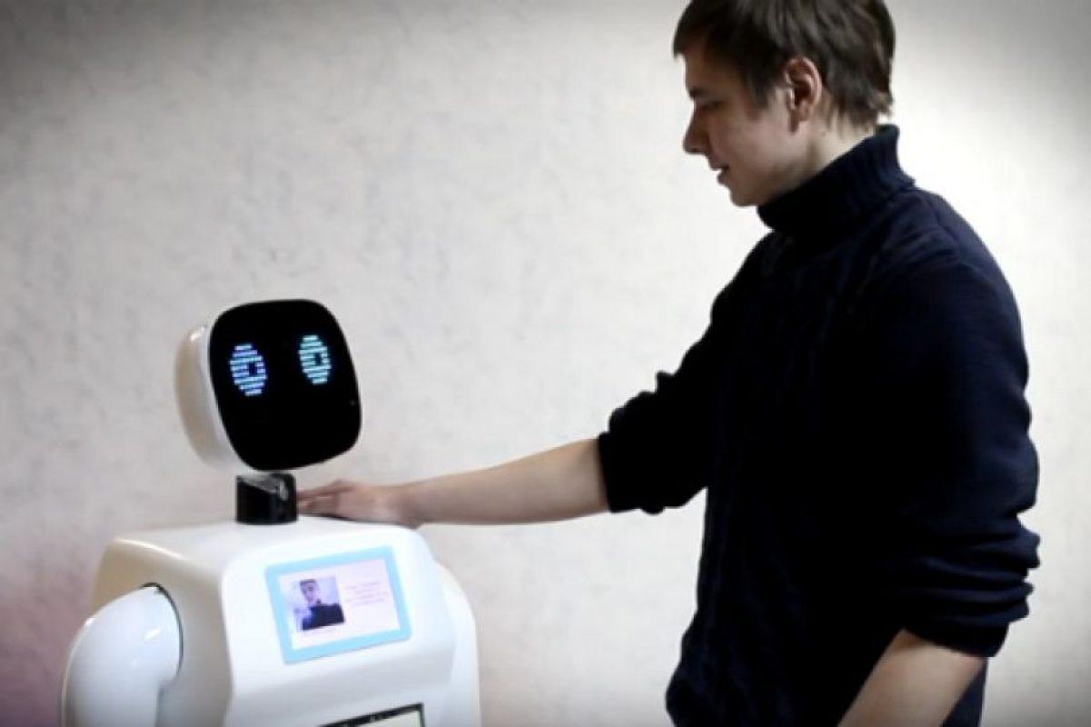 El dispositivo puede ayudar a las personas respondiendo preguntas, traduciendo frases y puede reconocer rostros. Foto:Promo-bot.ru. Imagen Por: