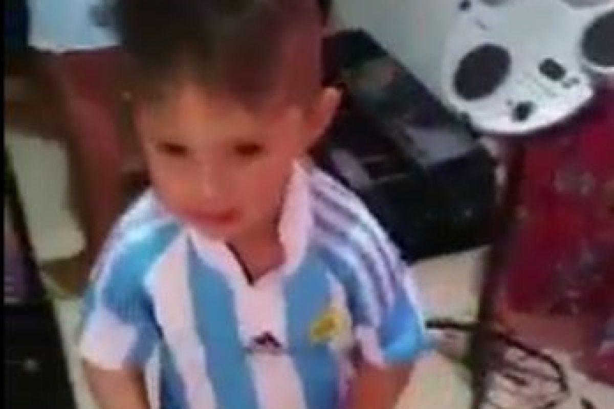 Fue feliz hasta que le pusieron la prenda de Argentina Foto:Twitter. Imagen Por: