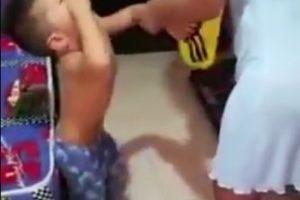 El pequeño Santiago no quiso usar la camiseta de Colombia Foto:Twitter. Imagen Por: