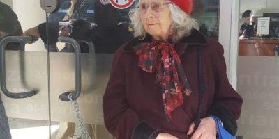 Abuelita de 82 años se encadenó en sucursal de AFP para protestar por caída de pensiones