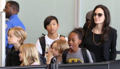 Angeline Jolie y sus hijos tomando un vuelo comercial
