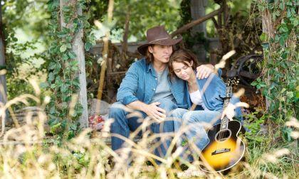 Billy Ray y Miley Cyrus en la película de
