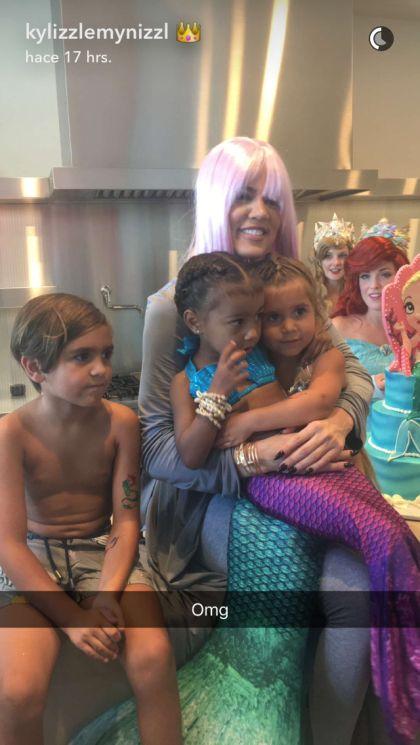 Penelope y Jason Disick junto a su prima North West y su tía Khloé Kardashian