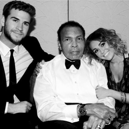 Esta fotografía de la pareja con el fallecido,  Muhammad Ali, generó gran controversia entre los fans, pues es la primer imagen que ambos comparten desde su supuesta reconciliación.