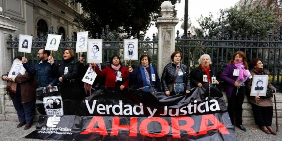 Mujeres se encadenan en el ex Congreso contra liberación de violadores de DDHH