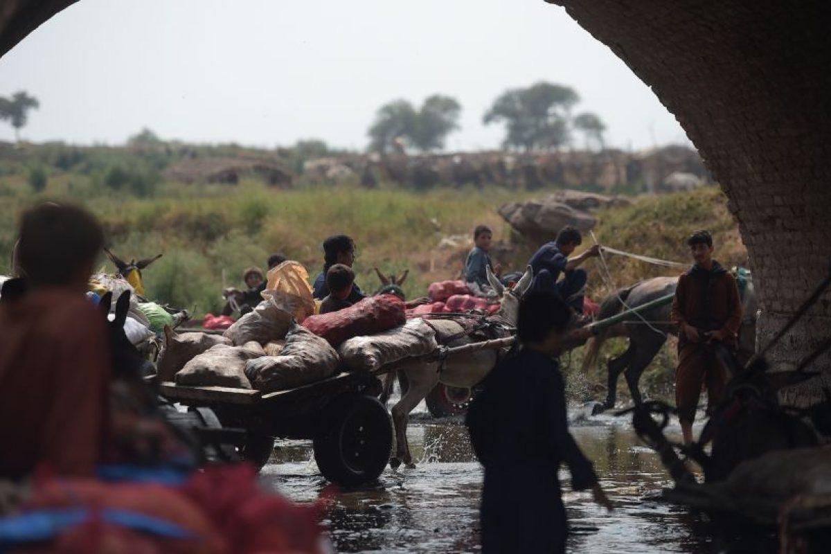 Refugiados afganos cruzan un río contaminado en Islamabad, Pakistán. Son miles las personas de Afganistán que han tenido que huir de su país a causa de las guerras y la ocupación extranjera, que ya lleva más de 15 años. Foto:AFP. Imagen Por: