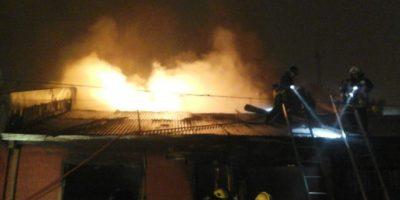Un incendio destruyó dos viviendas y dejó otra dañada en Los Ángeles