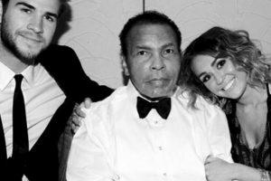 Esta fotografía de la pareja con el fallecido, Muhammad Ali, generó gran controversia entre los fans, pues es la primer imagen que ambos comparten desde su supuesta reconciliación. Foto:Instagram @mileycyrus. Imagen Por: