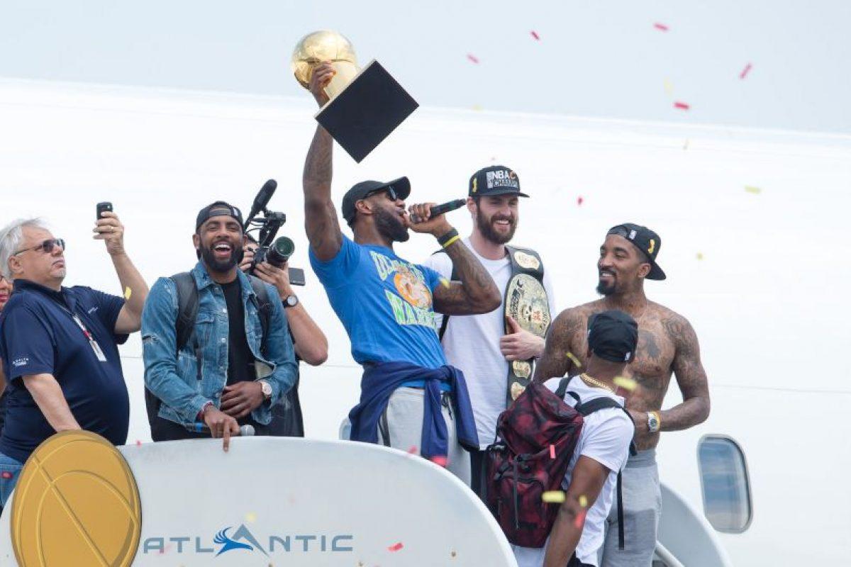 LeBron James es todo un héroe en Cleveland y cortó una racha de 52 años en el que la ciudad no conseguía ningún título profesional en deportes Foto:Getty Images. Imagen Por: