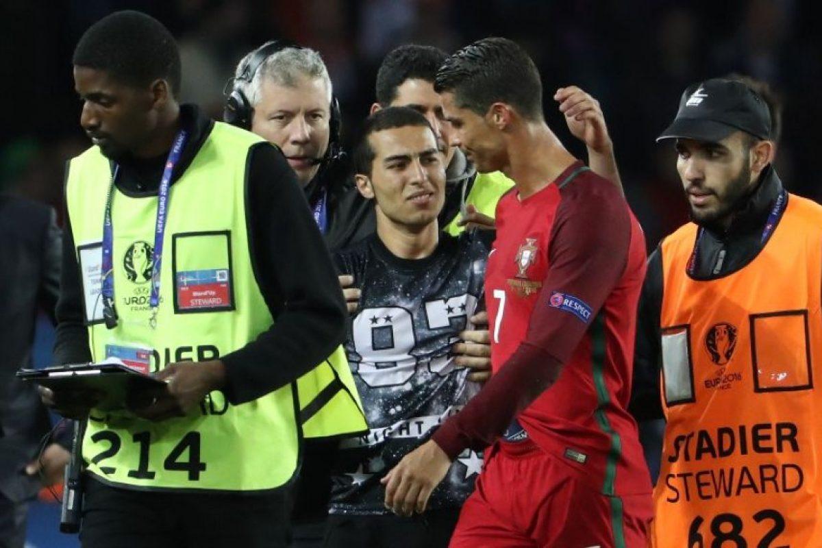 Luego de la fotografía, el hincha se emocionó hasta las lágrimas por el gesto de Cristiano Ronaldo Foto:AFP. Imagen Por: