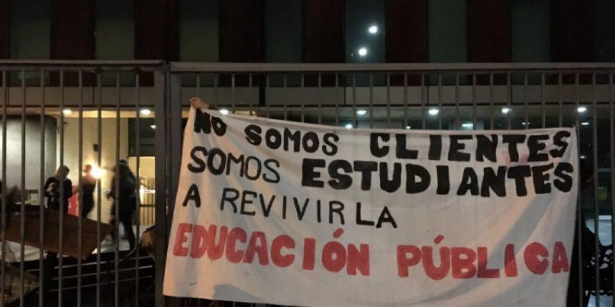 Estudiantes se toman sede administrativa de la Universidad Diego Portales en Santiago Centro