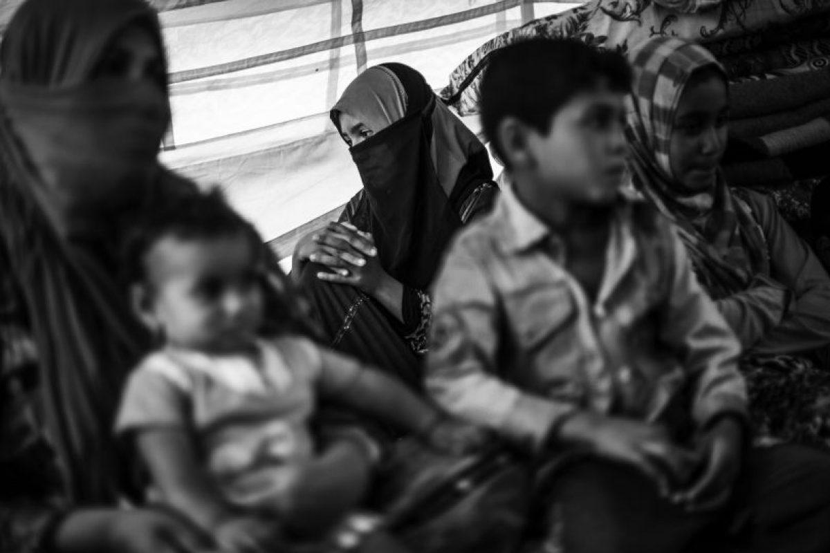 """""""Antes era mecánico"""", dice Ali, """"pero cuando el ISIS llegó todas las empresas cerraron: la gente no tenía dinero. Sobrevivimos gracias a nuestro ganado y ovejas, pero no había madera para hacer fuego y el agua que bebíamos era salada. Solo los combatientes del ISIS tenían acceso a agua dulce. Los niños caían enfermos a causa de eso. También hemos sobrevivido a un ataque de gas y ahora tenemos problemas para respirar. Una bomba cayó en el pueblo y la gente empezó a toser y estornudar. Incluso me di una ducha y tomé un poco de jarabe, pero nada ayudó"""". Foto:MSF/Manu Brabo. Imagen Por:"""