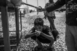 Hay 3,3 millones de iraquíes desplazados en el país. La respuesta humanitaria en los campos de la región del Kurdistán iraquí ha sido fuerte y la gente tiene en general un buen acceso a los servicios, pero la mayoría vive fuera de los campos, con sus familiares, en casas alquiladas, en edificios sin terminar, sobreviviendo con sus ahorros y luchando para encontrar trabajo y con poco acceso a la ayuda. Foto:MSF/Manu Brabo. Imagen Por: