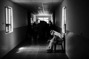 """""""Soy el Sheikh, el jefe de una comunidad de 650 familias de la tribu de Al Sabawi"""", dice el Sheikh Abdul Kader. """"Siempre hemos tenido relaciones muy estrechas con los kurdos, por lo que cuando nuestro pueblo fue atacado por el Isis en enero de 2014, la mayoría de nosotros nos refugiamos en Kurdistán. Dado que los combates se reanudaron en marzo en el distrito de Makhmour, varios miles de personas de mi tribu han estado llegando y se espera que lleguen muchas más. Me preocupo por ellas, porque los procedimientos de seguridad son lentos y una familia no puede establecerse adecuadamente si sus documentos no están listos"""". Foto:MSF/Manu Brabo. Imagen Por:"""